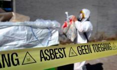 ILLUSTRATIE - Een medewerker van een asbestsaneringsbedrijf verwijdert asbest. ANP XTRA LEX VAN LIESHOUT