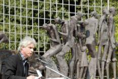 NLD-20021508-DEN HAAG: Zanger Boudewijn de Groot herdacht via een toespraak zijn moeder die in een Jappenkamp omkwam. Donderdag werden bij het Indie-monument in Den Haag de slachtoffers van de bezetting in voormalig Nederlands-Indie herdacht. Op 15 augustus 1945 capituleerden de Japanse bezetters. ANP FOTO/ MARCEL ANTONISSE