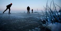 RIJPERKERK - (VLNR) Leo Schuil (74), Herman van der Geest (48) en Jochum de Vries (73) maken hun eerste slagen op natuurijs. De ondergelopen Ryptsjerksterpolder in Friesland biedt na een nacht strenge vorst al een ijslaag waarop geschaatst kan worden. ANP CATRINUS VAN DER VEEN