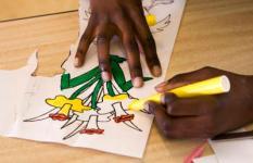 HEERHUGOWAARD - Kinderen op basisschool de Fonkelsteen zijn druk bezig om voor moederdag iets leuks te maken. ANP PHOTO XTRA LEX VAN LIESHOUT