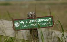 NLD-20040615-DURGERDAM: Dit gebied wordt middels een bord aangewezen als natuurreservaat. ANPFOTO KOEN SUYK