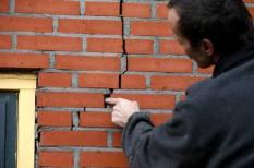 DOODSTIL - Een bewoner wijst een scheur aan in de muur van zijn woning. Het noorden van Groningen is vannacht getroffen door twee aardschokken. Die hadden een kracht van 2,7 en 3,2 op de schaal van Richter. Het epicentrum lag bij Uithuizen. ANP CATRINUS VAN DER VEEN