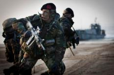 VLISSINGEN - Mariniers tijdens een oefening op het Vlissingse Badstrand ter voorbereiding van de grote NAVO-oefening in april aan de Westkust van Schotland. Het Tweede mariniersbataljon voert een snelle verrassingsactie uit, in zogenaamd vijandelijk gebied, vanaf het amfibisch transportschip Harer Majesteits Rotterdam. ANP EVERT-JAN DANIELS