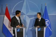 Premier Mark Rutte (L) ontmoet NAVO-topman Anders Fogh Rasmussen. Nederland is een van de drie NAVO-landen die Patriotraketten naar bondgenoot Turkije stuurt. ANP JERRY LAMPEN