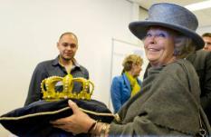 ALMERE - Koningin Beatrix ontvangt dinsdag uit handen van student Fabian Joemoembaks van de Creative Campus in Almere een kroon vervaardigd middels een 3D printer. Koningin Beatrix bracht dinsdag een streekbezoek aan de provincie Flevoland. De Provincie Flevoland viert dit jaar haar 25-jarig jubileum. ANP ROYAL IMAGES MARCEL ANTONISSE