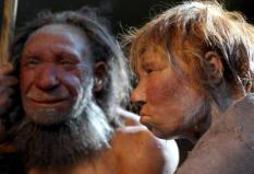 epa01671044 The reconstruction of a Neanderthal woman (R) and man (L) at the Neanderthal Museum of Mettmann, Germany, 20 March 2009. As spring is here, the Neanderthal man gets the company of a woman - red-haired and in her twenties - who wears her most beautiful summer dress. For the time being, the exact reconstruction of a Neanderthal woman will join the conspecific man in the museum.  EPA/FEDERICO GAMBARINI