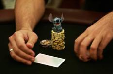 NLD-20051013-AMSTERDAM: Een pokerspeler heeft zijn mascotte op de stapel fisches gelegd om geluk af te dwingen. Rond het pokerspel speelt bijgeloof bij sommigen een blangrijke rol. In het Holland Casino in Amsterdam wordt donderdagavond de finale gespeeld van het eerste NK-pokeren. De beste pokerfaces van Nederland hebben zich rondom twee tafels verzameld en strijdens om de titel 'Beste pokerspeler van Nederland'. ANP FOTO/MARCEL ANTONISSE