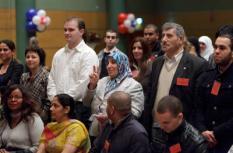 Zestig migranten ontvangen vrijdag hun bewijs van Nederlanderschap tijdens een feestelijke naturalisatieceremonie in het World Forum in Den Haag. De naturalisatieceremonie vormt het slot van de internationale Metropolis conferentie die in het teken stond van migratie, integratie en burgerschap. ANP PHIL NIJHUIS