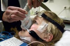 Tijdens de Nationale Slaapdag in het MCH Westeinde, Centrum voor Slaap en Waakstoornissen in Den Haag, demonstreert de 14-jarige Debora hoe er getest wordt op slaapstoornissen. Op de foto krijgt Debora van een slaaplaborant een zuurstof masker omgedaan. Dit wordt gebruikt voor mensen met slaapapneu. ANP PHOTO CYNTHIA BOLL