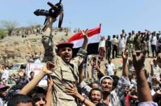 Leden van het Jemenitiscshe leger groeten anti-Houthi demonstranten.  EPA/ABDUL-RAHMAN HWAIS