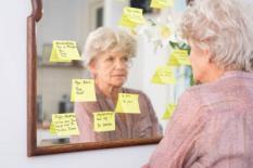 Een oude vrouw bekijkt de notities op de spiegel. In ongeveer een derde van de gevallen is dementie te voorkomen door een gezonde levenstijl, concluderen onderzoekers van het Erasmus MC. ANP XTRA ROOS KOOLE