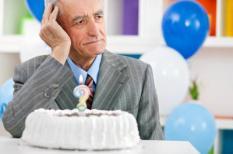Een oude man probeert zich te herinneren hoe oud hij is.