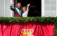 De Spaanse koning Felipe VI zwaait samen met zijn vrouw Letizia vanaf het balkon van het koninklijk paleis naar het publiek. ANP ROYAL IMAGES ROBIN UTRECHT