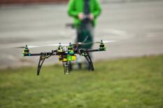 Drone vliegt boven de stad.