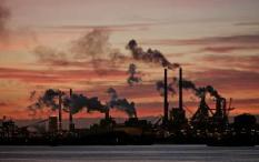 2007-04-04 00:00:00 IJMUIDEN - Avondopname van het hoogovens complex van Corus Nederland aan het Noordzee kanaal. Het Brits-Nederlandse staalconcern Corus is afgelopen over genomen door het Indiase Tata Steel. ANP PHOTO OLAF KRAAK