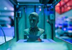 2015-12-27 00:00:00 epa05081616 A bust of US Whistle-blower Edward Snowden, made by a 3D-Printer, is presented at a congress being held by the 'Chaos Computer Club' (CCC) at the CCH Conference Centre, in Hamburg, Germany, 27 Decemeber 2015. An estimate 12,000 people are expected to attend the convention of the so-called 'Hacker scene' with themes such as internet security, state survellience and creative IT solutions being on the agenda.  EPA/AXEL HEIMKEN