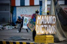 2017-07-30 00:00:00 epa06118298 Protestors confront members of the National Bolivarian Guard during a demonstration against the vote for a Constituent Assembly in Caracas, Venezuela, 30 July 2017. The National Constituent Assembly election day called by President Nicolas Maduro has been marked by violent protests, leaving at least eight dead.  EPA/CRISTIAN HERNANDEZ