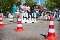 2017-06-10 17:22:17 ARNHEM - Festivalbezoekers op betonblokken ter beveiliging tijdens de 43e editie van de EO-Jongerendag in het GelreDome. ANP KIPPA PIROSCHKA VAN DE WOUW