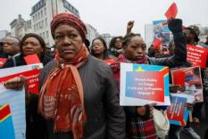 2016-12-17 15:00:42 epa05679751 People take part in a demonstration against Congolese President Joseph Kabila in Brussels, Belgium 17 December 2016. Demonstrators demand the respect of the constitution in the Democratic Republic of Congo and the departure of Joseph Kabila after the end of his second mandate.  EPA/JULIEN WARNAND