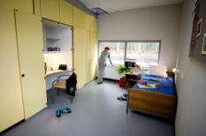 2009-03-27 00:00:00 EINDHOVEN - GGZ-instelling de Woenselse Poort in Eindhoven. De Woenselse Poort behandelt mensen met meervoudige, complexe en langdurende psychiatrische problemen.foto: client in zijn kamer van een tbs kliniek.ANP  XTRA LEX VAN LIESHOUT