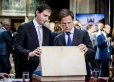 2018-09-18 15:34:29 DEN HAAG - Minister Wopke Hoekstra van Financien en premier Mark Rutte na het aanbieden van het koffertje met de rijksbegroting en miljoenennota. ANP BART MAAT
