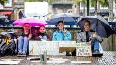 2018-09-12 09:52:20 DEN HAAG - Scholieren staken, in navolging van het Zweedse meisje Greta, voor het gebouw van de Tweede Kamer. Ze vragen met deze spijbelstaking aandacht voor het klimaat. ANP BART MAAT