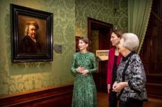 2019-01-30 19:46:00 DEN HAAG - Prinses Beatrix wordt in het Mauritshuis rondgeleid over de tentoonstelling Rembrandt en het Mauritshuis. Links conservator Charlotte Rulkens, naast haar directeur Emilie Gordenker van het Mauritshuis. De prinses opende het themajaar Rembrandt en de Gouden Eeuw. ANP ROYAL IMAGES PATRICK VAN KATWIJK
