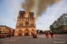2019-04-15 19:39:38 epa07509705 A handout photo made available by the Brigade de Sapeurs-Pompiers de Paris (BSPP) on 16 April 2019 shows French fire fighters in operation to extinguish a fire burning the roof of the Notre-Dame Cathedral in Paris, France, 15 April 2019. A fire started in the late afternoon in one of the most visited monuments of the French capital.  EPA/BENOIT MOSER / BSPP / HANDOUT  HANDOUT EDITORIAL USE ONLY/NO SALES