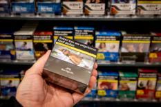 DEN HAAG - Sigaretten en shag worden voortaan verkocht in een neutrale verpakking. De pakjes hebben een groenbruine kleur die als onaantrekkelijk geldt en zo roken moet ontmoedigen. ANP KOEN VAN WEEL