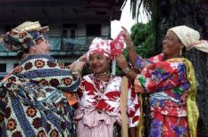 Paramaribo/24.11.2000. De festiviteiten rond 25 jaar onafhankelijkheid in Suriname zijn vrijdag begonnen met een culturele optocht door de straten van Paramaribo. Creoolse vrouwen maken zich op voor de optocht van in totaal ongeveer 300 mensen. ANP Foto Raymond Rutting