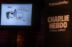 Parijs, Frankrijk, 07/01/20   Meet & Greet met het team van Charlie Hebdo in het Radio France Auditorium.  O.a hoofdredacteur van het blad, Laurent Sourisseau (langere grijze haren, zwart pak) sprak.                                                        Het is vandaag precies 5 jaar geleden dat de terroristische aanslag hoofdkantoor van het satirische weekblad Charlie Hebdo plaatsvond. De broers Saïd en Chérif Kouachi schoten 10 mensen dood, waaronder 8 medewerkers van het blad. Foto: Joris van Gennip