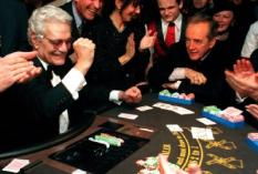 "APA63 - 19991219 - VIENNA, AUSTRIA : Egyptian actor Omar Sharif (L) raises his fist while former Austrian Vice Chancellor Alois Mock (R) looks on, Sunday 19 December 1999 during a ""VIP poker round"" on occasion of the opening of the ""Grand Casino"" in Vienna. EPA PHOTO APA/TECHT HANS KLAUS/HT-cl"