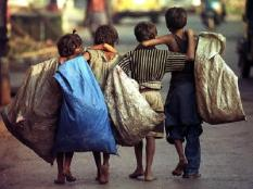 CAL01 - 20001114 - CALCUTTA, INDIA : Indian child rag-pickers head home after a day's work in Calcutta, as India celebrates children's day 14 November 2000. Millions of children in India still have to work for a living. (FILM) EPA PHOTO AFP/DESHAKALYAN CHOWDHURY