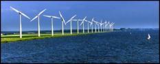 NLD 20010821-GOOIMEER: Een zeiler vaart langs de windmolens aan het Gooimeer. Onlangs sloten de provincies een overeenkomst om in het jaar 2010 minstens 1500 megawatt aan windvermogen (windmolen-vermogen) te realiseren. Het afgelopen jaar was dat nog maar 500 megawatt. De provincie Flevoland neemt 220 megawatt voor haar rekening. ANP FOTO ROBIN UTRECHT