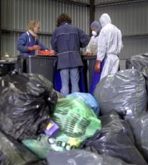NLD-20010412-AMSTERDAM-Voor een goede sorteeranalyse van het Amsterdamse huisvuil, moet eerst handmatig worden gescheiden. Voor de analyse werd per stadsdeel 750 kilo opgehaald, wat wordt gescheiden in 35 fracties. De analyse kijkt dit jaar vooral naar het klein chemisch afval KCA in het huisvuil. 45% van het Amsterdamse KCA kwam vorig jaar terecht in de vuilniszak. De rest werd wel gescheiden ingezameld. ANPFOTO TOUSSAINT KLUITERS