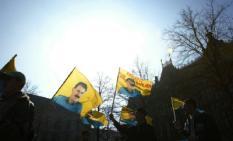 NLD-20030319-DEN HAAG: Enkele Koerden willen woensdagmiddag in Den Haag een petitie aanbieden aan minister van Buitenlandse Zaken De Hoop-Scheffer. De Koerden vragen hiermee aandacht voor verbetering van de leefsituatie van hun leider Abdullah Ocalan. ANP FOTO/RICK NEDERSTIGT