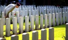 NLD-20030921-OOSTERBEEK: Een veteraan legt een kruis bij een van de graven op de Airborne Begraafplaats in Oosterbeek. Daar herdachten tientallen Britse en Poolse oorlogsveteranen zondagochtend de Slag om Arnhem. Op de Begraafplaats liggen ongeveer 1700 soldaten begraven die tijdens de wereldberoemde slag, in september 1944, het leven verloren. Zie ook berichtgeving bin dd heden. ANP FOTO/ROBERT VOS