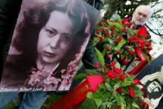 NLD-20031130-HAARLEM: In Haarlem heeft zondag de jaarlijkse Hannie Schaft herdenking plaatsgevonden. Jannetje Johanna Schaft, beter bekend als Hannie Schaft-het meisje met het rode haar, nam tijdens de Tweede Wereldoorlog deel aan het gewapende Haarlemse verzet. Zij werd in maart 1945 door de Duitsers gearresteerd en was in het bezit van illegale kranten. Enkele weken later werd ze gefusilleerd in de duinen bij Overveen. ANP FOTO/KOEN SUYK