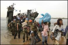 LIB-20040109-MONROVIA: Het marineschip Hr. Ms. Rotterdam is vrijdag een schip met 213 Liberiaanse vluchtelingen te hulp geschoten. Het schip was op weg van Ghana naar Monrovia, de hoofdstad van Liberia, en kreeg enkele dagen geleden te maken met technische problemen. De Verenigde Naties vroegen De Rotterdam te helpen. De vluchtelingen zijn nu aan boord van het Nederlandse schip. De Rotterdam en het schip met averij liggen gezamenlijk voor de kust van Liberia. De vluchtelingen waren op weg terug naar hun land. Onder de vluchtelingen bevinden zich hoogzwangere vrouwen en kinderen. Een aantal van de opvarenden hadden uitdrogingsverschijnselen. Er was aan boord van het vluchtelingenschip geen eten en drinken meer. Het Nederlandse schip zal de vluchtelingen verder naar Monrovia brengen. ANP FOTO/COMM NAAMSVERMELDING PETER VAN BASTELAAR CAVDKM VERPLICHT