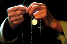 NLD-20020706-BRIELLE: Het rozenkransgebed tijdens de Nationale Bedevaart in het bedevaartsoord van de heilige Martelaren van Gorcum in Brielle. Achter de kaarsen staat de schrijn met de stoffelijke resten van de Martelaren. Bij de verovering van Gorcum door de watergeuzen werden 19 geestelijken gevangen genomen en gedwongen het 'nieuwe geloof' aan te nemen. Op 9 juli stierven zij de marteldood. In 1671 werden zij zalig en in 1867 heilig verklaard. Zaterdag herdachten alle Nederlandse bisschoppen en bedevaartgangers de heilige Martelaren van Gorcum. ANP FOTO/ROBIN UTRECHT