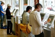 NLD-20030623-ROTTERDAM: EMBARGO TOT MAANDAG 23 JUNI 2003, 15.00 U. Werkzoekenden op zoek naar een baan bij het CWI in Rotterdam. Eind 2004 is bijna eentiende van de beroepsbevolking op zoek naar een baan. Door de slecht draaiende economie zal het aantal werkzoekenden dat staat ingeschreven bij het Centrum voor Werk en Inkomen (CWI) oplopen met 188.000 tot 735.000 eind volgend jaar. Dat komt neer op 9,7 procent van de beroepsbevolking. ANP FOTO/ED OUDENAARDEN