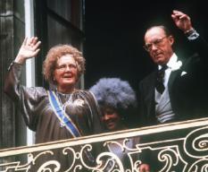 Juliana en Bernhard, met Beatrix op een balkon 9 april 1984