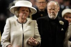 NLD-20040330-DELFT: Koningin  Beatrix (L) en prins Bernhard lopen samen richting de grafkelder in de Nieuwe Kerk in Delft. Hier is dinsdag prinses Juliana bijgezet. ANP FOTO/POOL/MICHAEL KOOREN