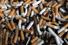 NLD-20040405-DEN HAAG: Sigaretten peuken. Op steeds meer plaatsen in Europa geldt tegenwoordig een rookverbod in openbare gebouwen.ANPFOTO KOEN SUYK