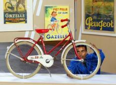 NLD-20020715-DEN HAAG: In de Grote Kerk in Den Haag is vanaf dinsdag de tentoonstelling ¬ Fiets in beeld, 100 jaar fietsen en affiches ¬ te bezoeken. De expositie omvat ondermeer historische en actuele fietsaffiches, vele voorbeelden van befaamde fietsmodellen en een presentatie van de affichewedstrijd voor studenten van de Koninklijke Academie voor Beeldende Kunsten. ANP FOTO / EDWARD OUDENAARDEN