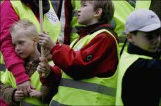DEN HAAG - Demonstratie kinderen met ADHD op het Plein in Den Haag dinsdag. Enkele tientallen kinderen met ADHD hebben dinsdag met toeters en fluitjes gedemonstreerd, omdat ze een betere vergoeding willen voor nieuwe medicijnen tegen ADHD. De Kamer heeft minister Hoogervorst (Volksgezondheid) al gevraagd om opnieuw te laten onderzoeken of die nieuwe middelen voor vergoeding in aanmerking kunnen komen. ANP PHOTO ROBIN UTRECHT