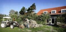 OUWERKERK - Hans en Astrid de Ruiter bij hun zorg- en logeerboerderij die vanaf december 2006 plaats moet gaan bieden aan 8 a 10 ADHD-kinderen. De geheel nieuwe boerderij past in de oude sfeer van het landschap doordat tijdens de nieuwbouw uitegaan is van een 'oude look'. ANP PHOTO LEX VAN LIESHOUT