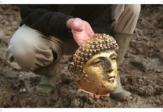 Archeologen hebben bij opgravingen in de Roomburg-polder in Leiden een uniek verguld bronzen gezichtsmasker uit de Romeinse tijd gevonden. Het masker is ca. 25 centimeter groot en stamt uit de tweede eeuw na Christus. Het masker toont het gezicht van een jonge man. Zie bericht dd heden BIN.