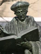 NLD-20040216-ROTTERDAM: Erasmus Universiteit.Beeld Erasmus, een van de oudste beelden in Europa uit 1622. Het was lange tijd het enig standbeeld in Nederland. Op aanraden van Hugo de Groot werd door de Amsterdammer Hendrik de Keyser (1565-1621) dit brons gemaakt en geplaatst in 1622.ANPFOTO KOEN SUYK