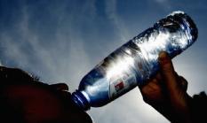 SPA - Topdrukte bij Spa. Door het warme weer is de consumptie van mineraalwater enorm toegenomen. De fabriek van Spa werkt dag en nacht om aan de vraag van de Nederlandse- en Belgische consument te kunnen beantwoorden. Dagelijks verlaat 4 miljoen liter water de fabriek. ANP PHOTO KOEN SUYK